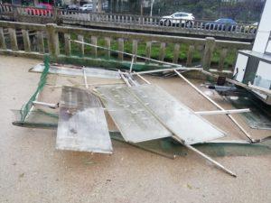 O peche metálico dun patio saíu voando e impactou co tellado do Concello