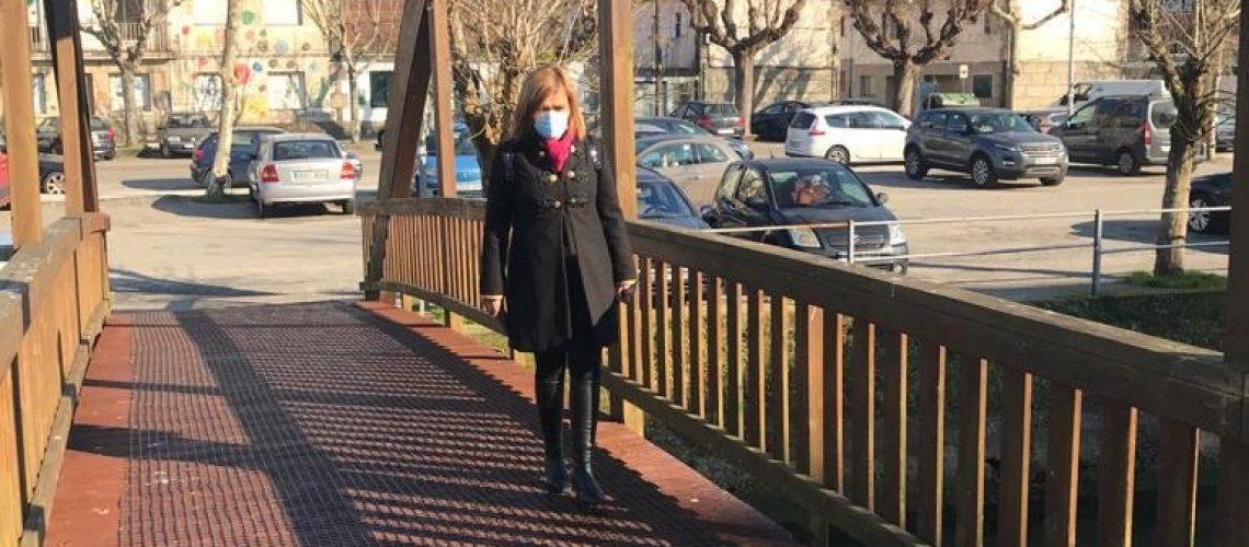 Digna Rivas na ponte do paseo da Portela. Malla antiesvaramento (2)